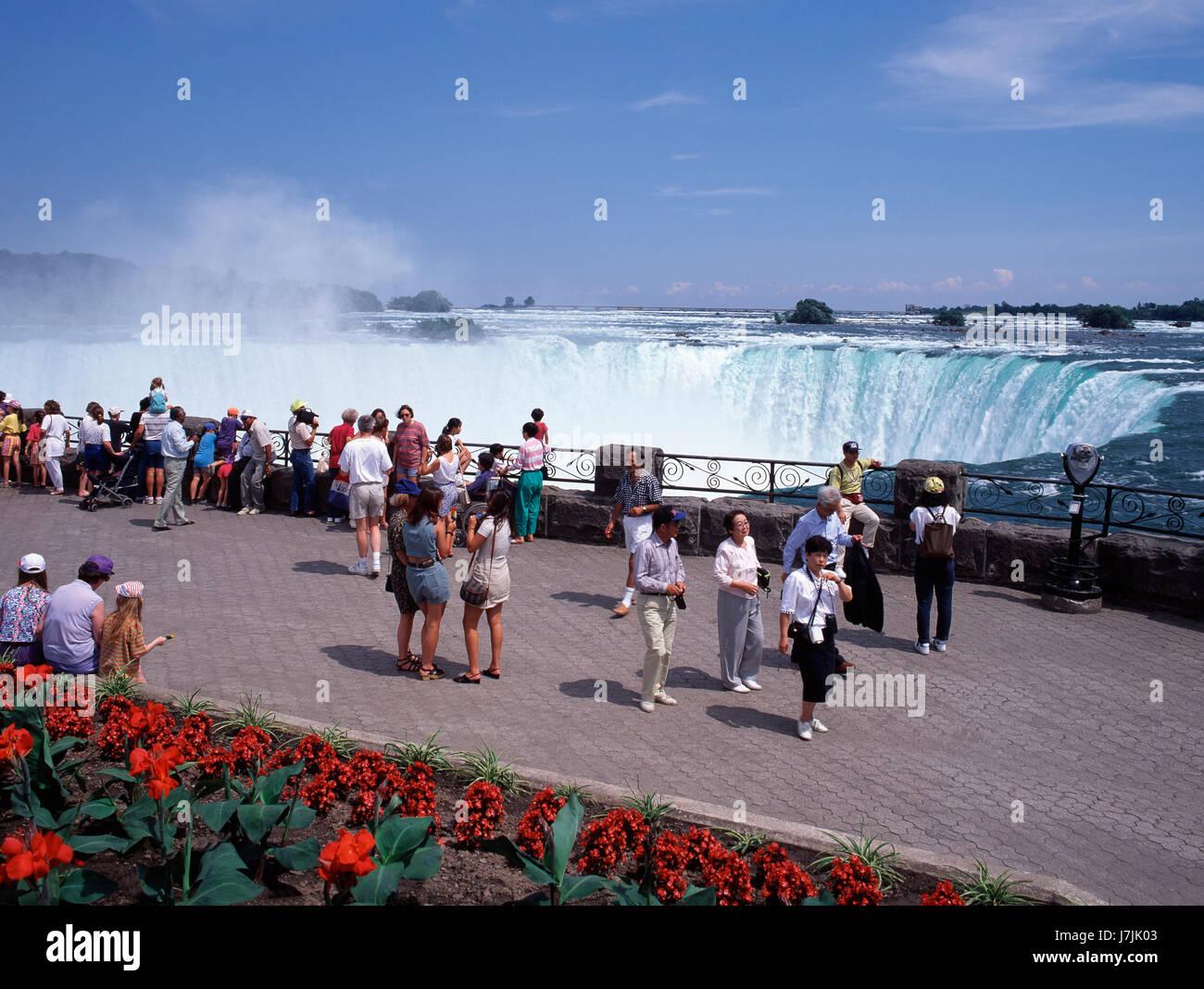 Touristen, die Anzeigen von Niagara Falls Ontario Kanada Stockbild