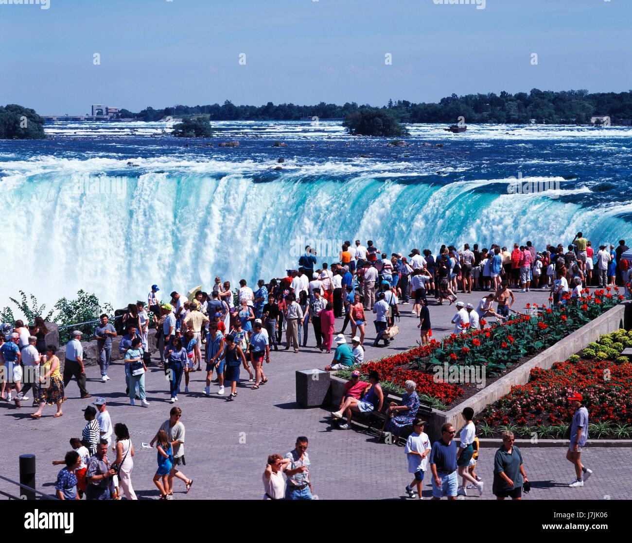 Touristen, die Anzeigen von Niagara Falls, Ontario, Kanada Stockbild