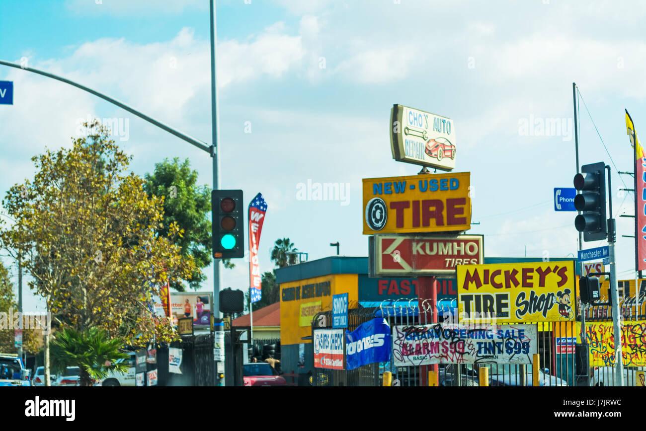 November 2016: Garage Mehrere Zeichen In L.A. Stockbild
