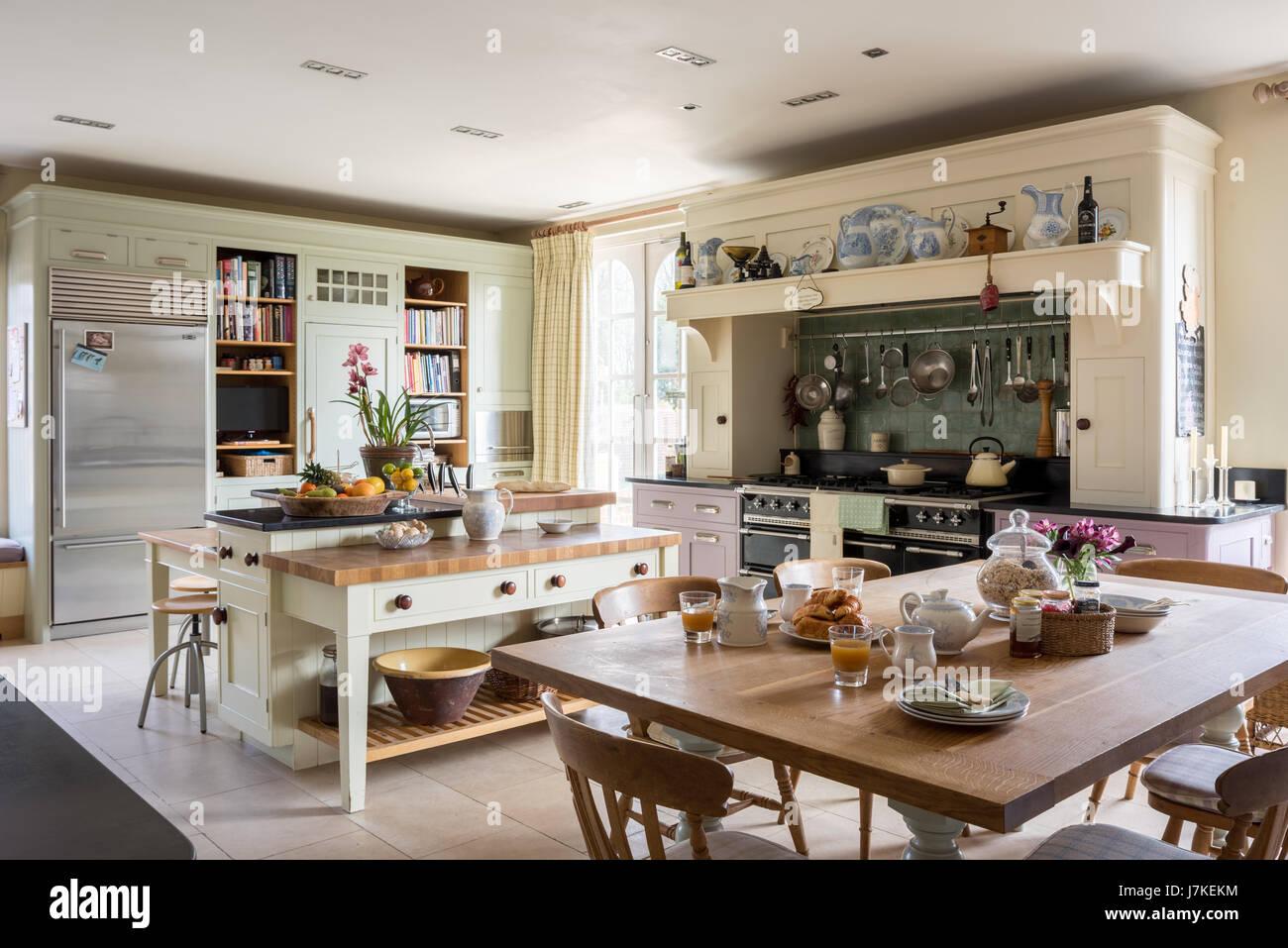 Geräumige Offene Küche Mit Schränken Eine Mischung Von Stilen Aus Mark  Wilkinson Möbel. Der Amerikanische Kühlschrank Mit Gefrierfach Ist Von  Sub Zero