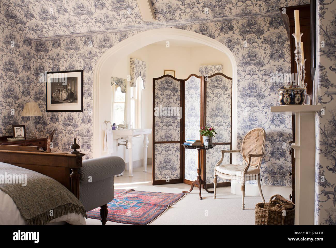 Großen Ensuite-Schlafzimmer mit Toile De Jouy Tapeten und passende Paravent. Stockbild