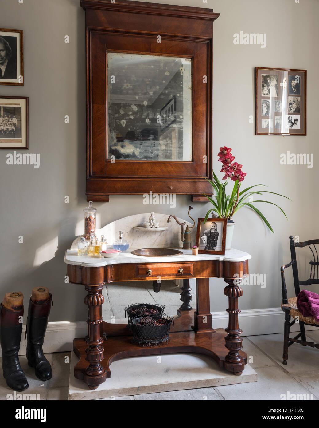 Antiker Marmor Gekront Schminktisch Unter Holz Gerahmten Spiegel In