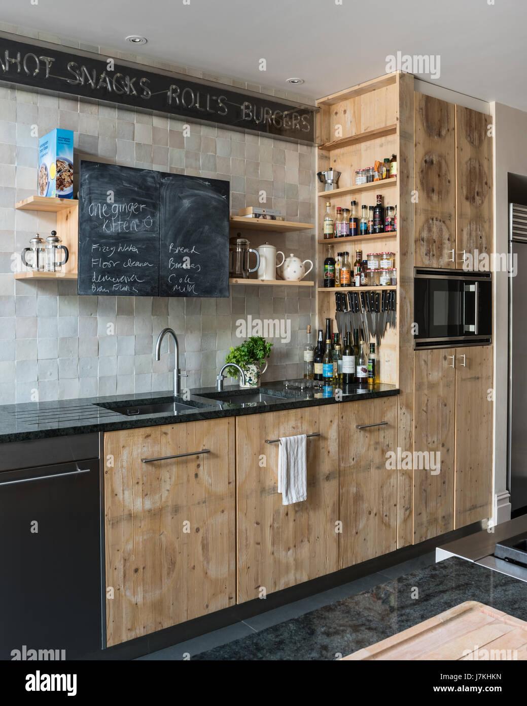 Geborgenen Kiefer Käseplatte Schränke in der Küche mit Tafel malen ...