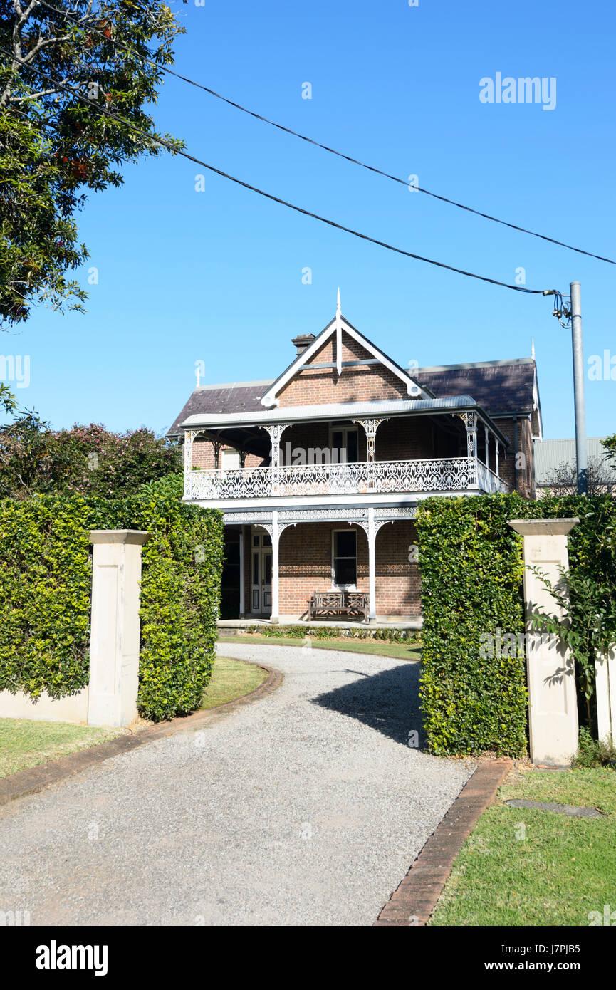 Hübsches Haus im Kolonialstil mit einem schmiedeeisernen Balkon, Berry, New South Wales, NSW, Australien Stockbild