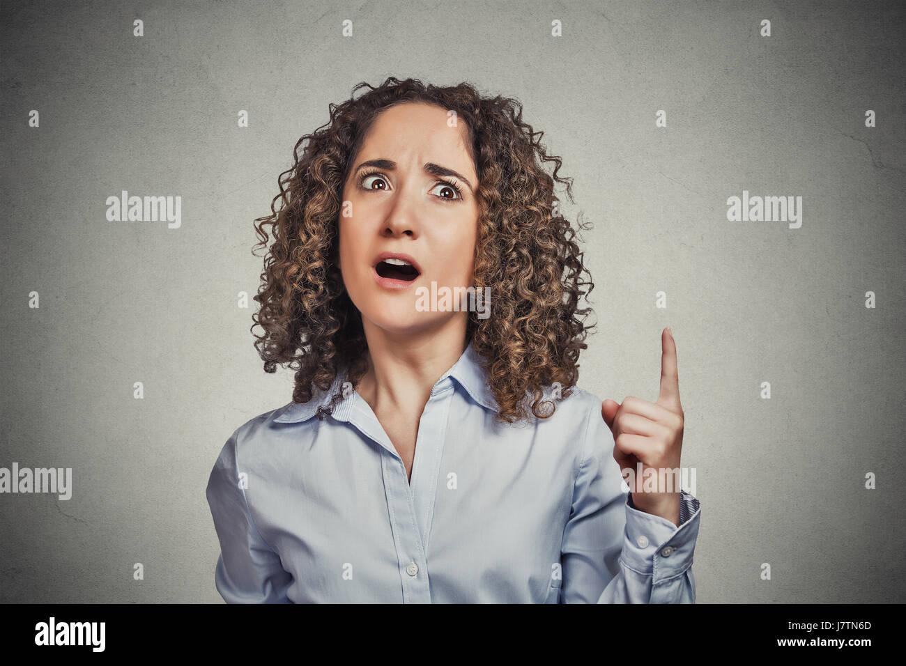 Kopfschuss attraktiven Frau, die gute Idee aha Gedanke zeigt Zeigefinger oben gefundene Lösung isoliert auf Stockbild