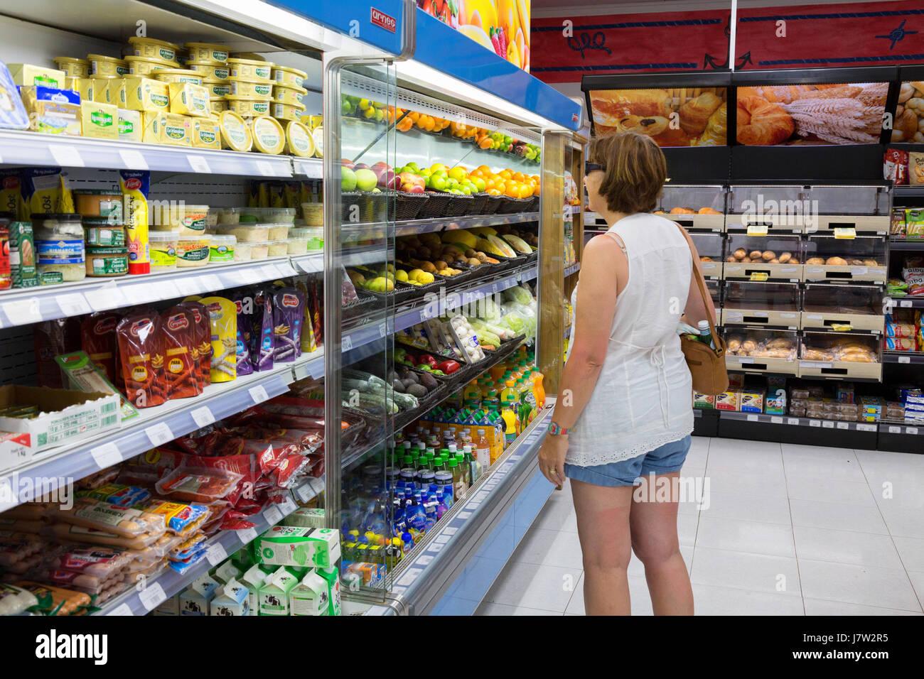 Lanzarote Supermarkt - eine Frau in einem Supermarkt in Lanzarote, Kanarische Inseln Europa einkaufen Stockbild