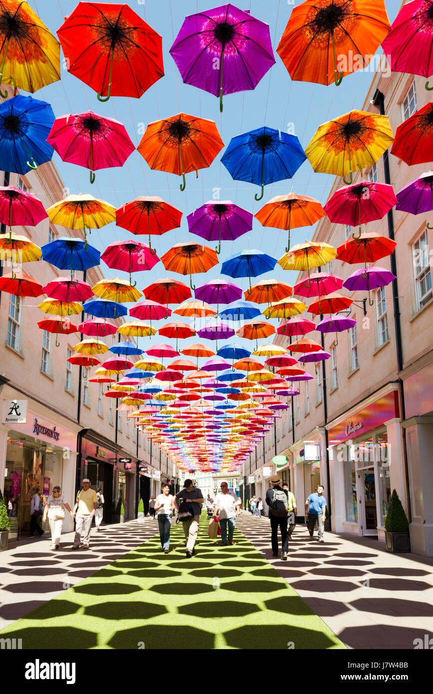 Bath, Somerset, UK. Bunte Regenschirme über die Straße als Bestandteil ein Kunstfestival aufgehängt. Stockfoto