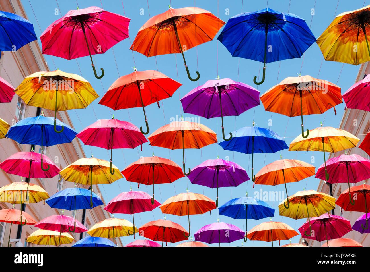 Bath, Somerset, UK. Bunte Regenschirme über die Straße als Bestandteil ein Kunstfestival aufgehängt. Stockbild