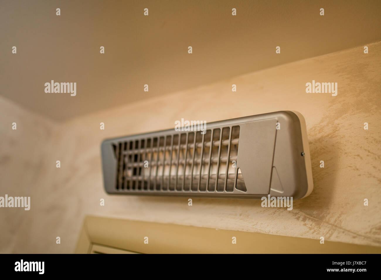 Infrarot-Heizung an der Wand im Badezimmer Stockfotografie - Alamy