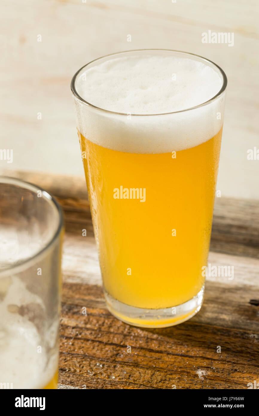 Leichten erfrischenden Sommer Craft Beer in ein Pint Glas Stockbild