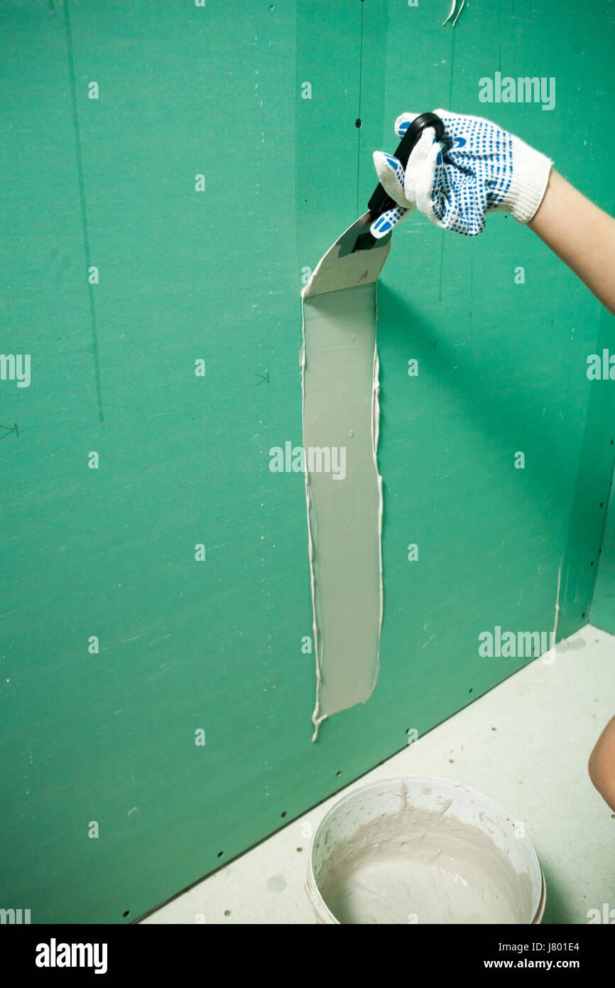 Porträt von hübschen Jüngling auf Baustelle: männliche Arbeiter ...