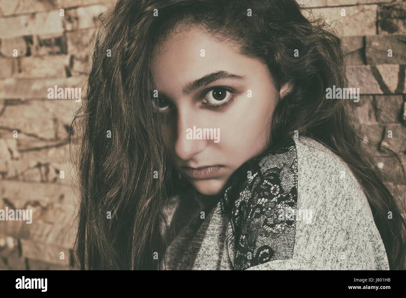 Porträt von einem schweren Teen Mädchen starrte Stockbild
