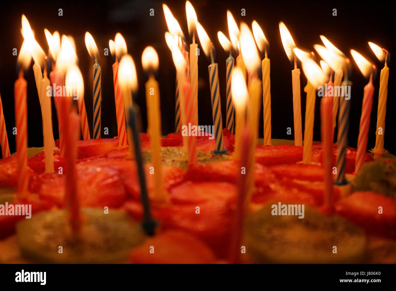 Geburtstagstorte Mit Brennenden Kerzen Auf Einem Dunklen Hintergrund Stockbild