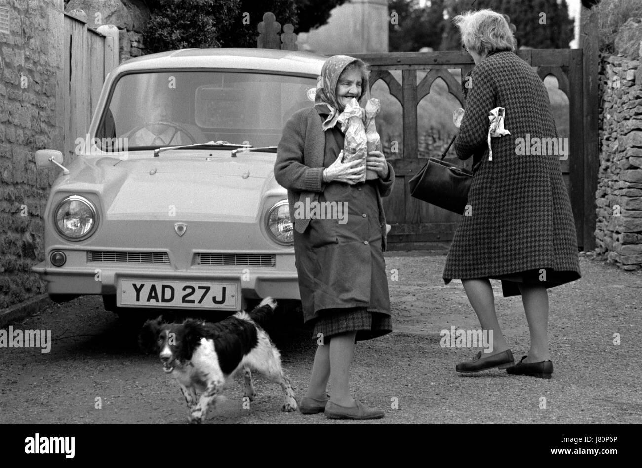1970er Jahren Leben England Uk Landschaft Upper Slaughter ältere Dorffrauen im Dorf HOMER SYKES Stockbild