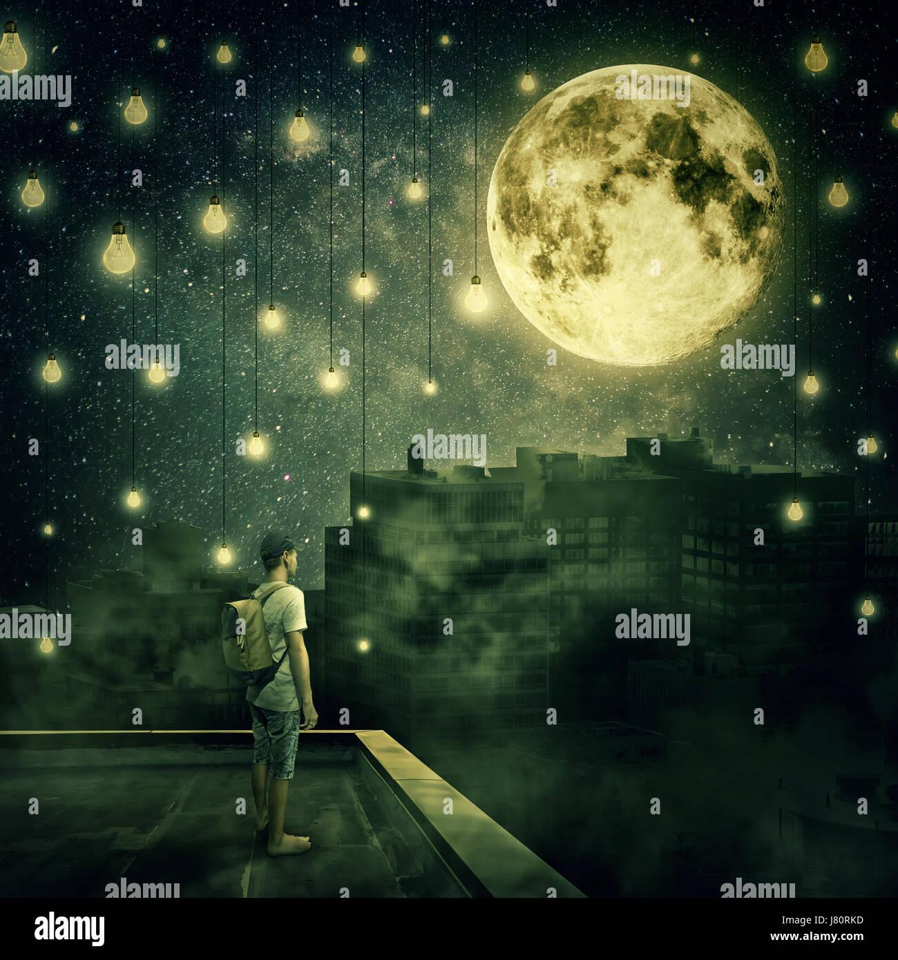 Kleiner Junge Aufenthalt auf der Dachterrasse, Blick auf den Vollmond. Geheimnisvolle Nacht mit hängenden Glühbirnen Stockbild