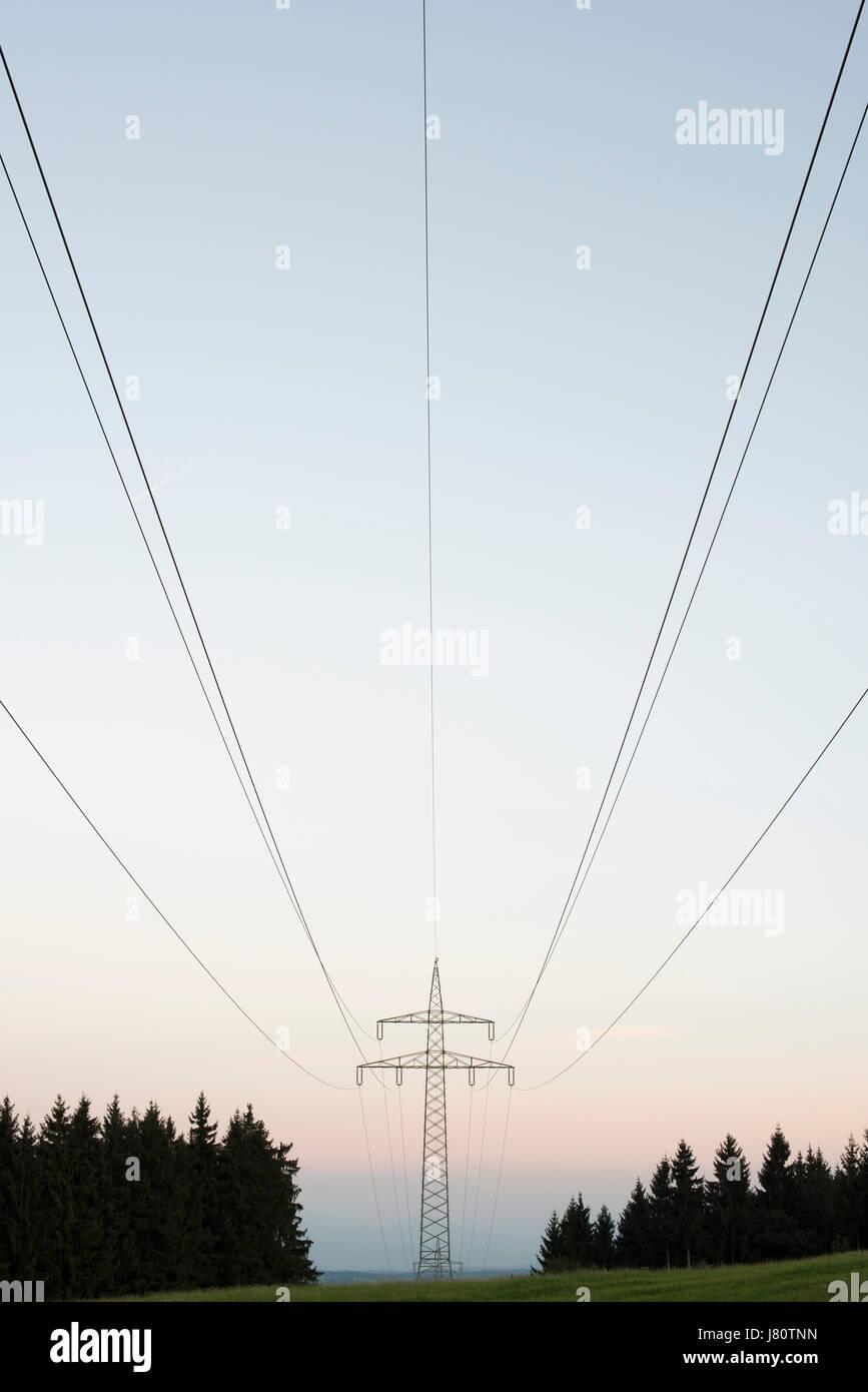 Hochspannungsleitungen Bei Kaufbeuren, Allgäu, Deutschland. Freileitung in der Nähe von Kaufbeuren, Allgäu, Stockbild