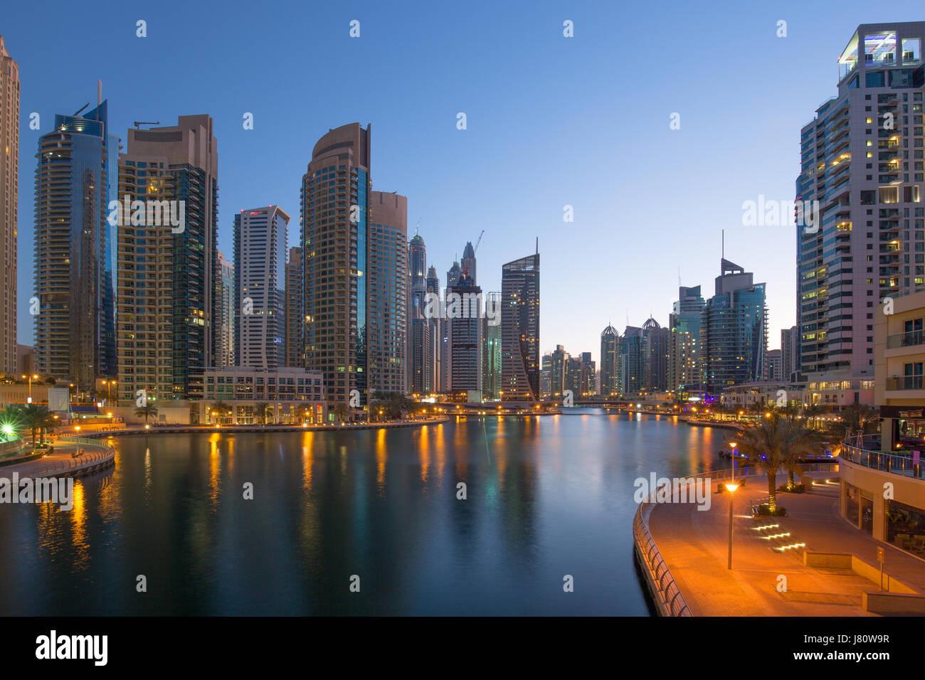 Dubai Marina Wolkenkratzer Wolkenkratzer Dämmerung Nacht blaue Stunde Stadt Vereinigte Arabische Emirate Stockbild