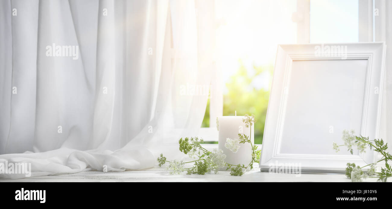 Bilderrahmen in der Nähe von Fenster mit Kerze am Morgen Stockfoto ...