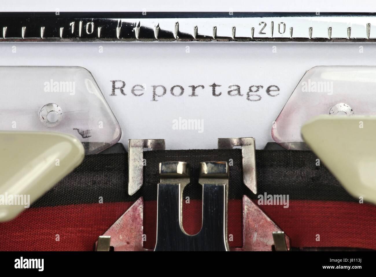 Reportage (deutsches Wort für Bericht) mit alten Schreibmaschine geschrieben Stockbild