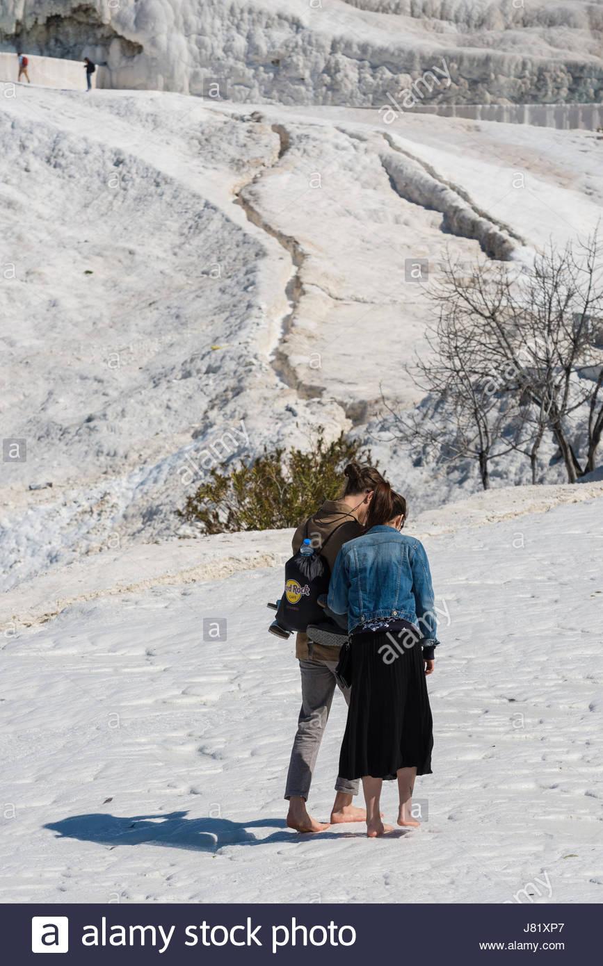 Touristen auf Pamukkale travertines in Pamukkale, Türkei. Pamukkale, UNESCO-Weltkulturerbe, heute zu einem Stockbild