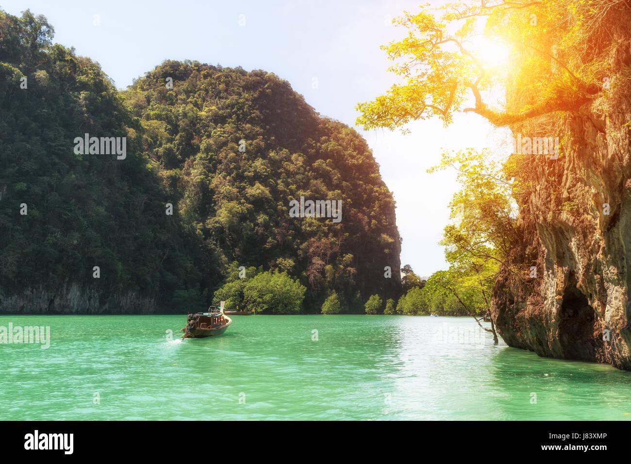 Schöne Landschaft der Felsen Berge und kristallklares Meer mit Longtail Boot in Phuket, Thailand. Sommer, Reisen, Stockbild