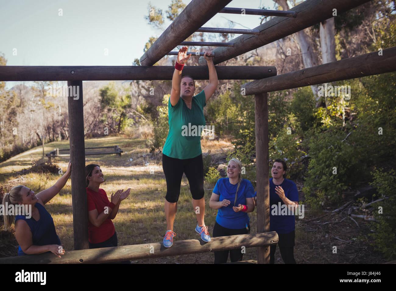 Klettergerüst Training : Bilder mittlerer erwachsener frau training auf