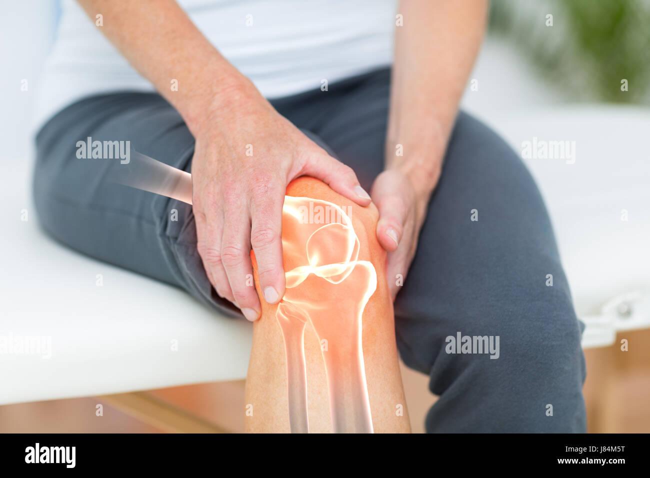 Digital zusammengesetztes Bild des Menschen leiden mit Knie-Krampf Stockbild