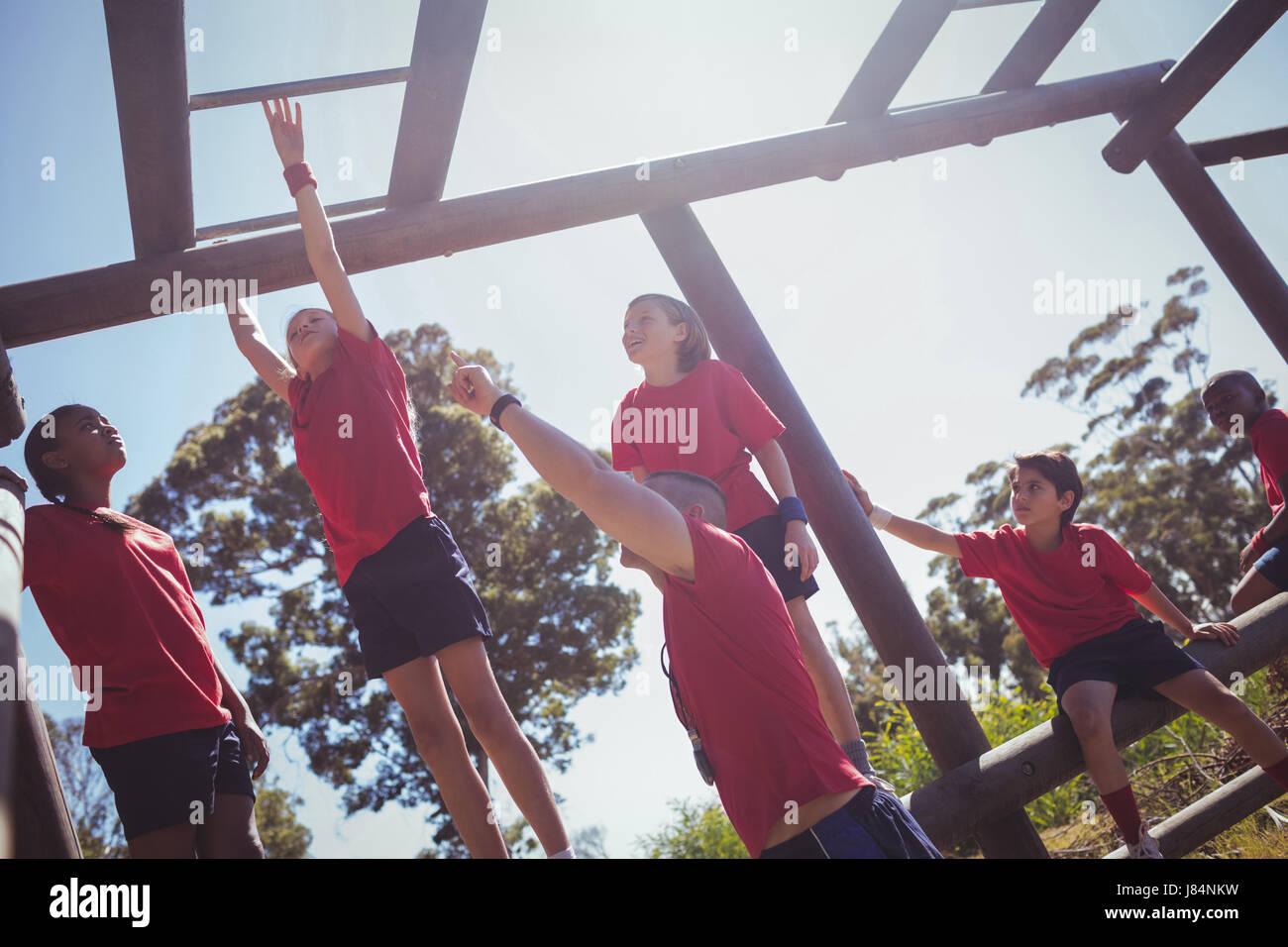 Klettergerüst Boot : Kinder klettern klettergerüst beim hindernis parcours training im