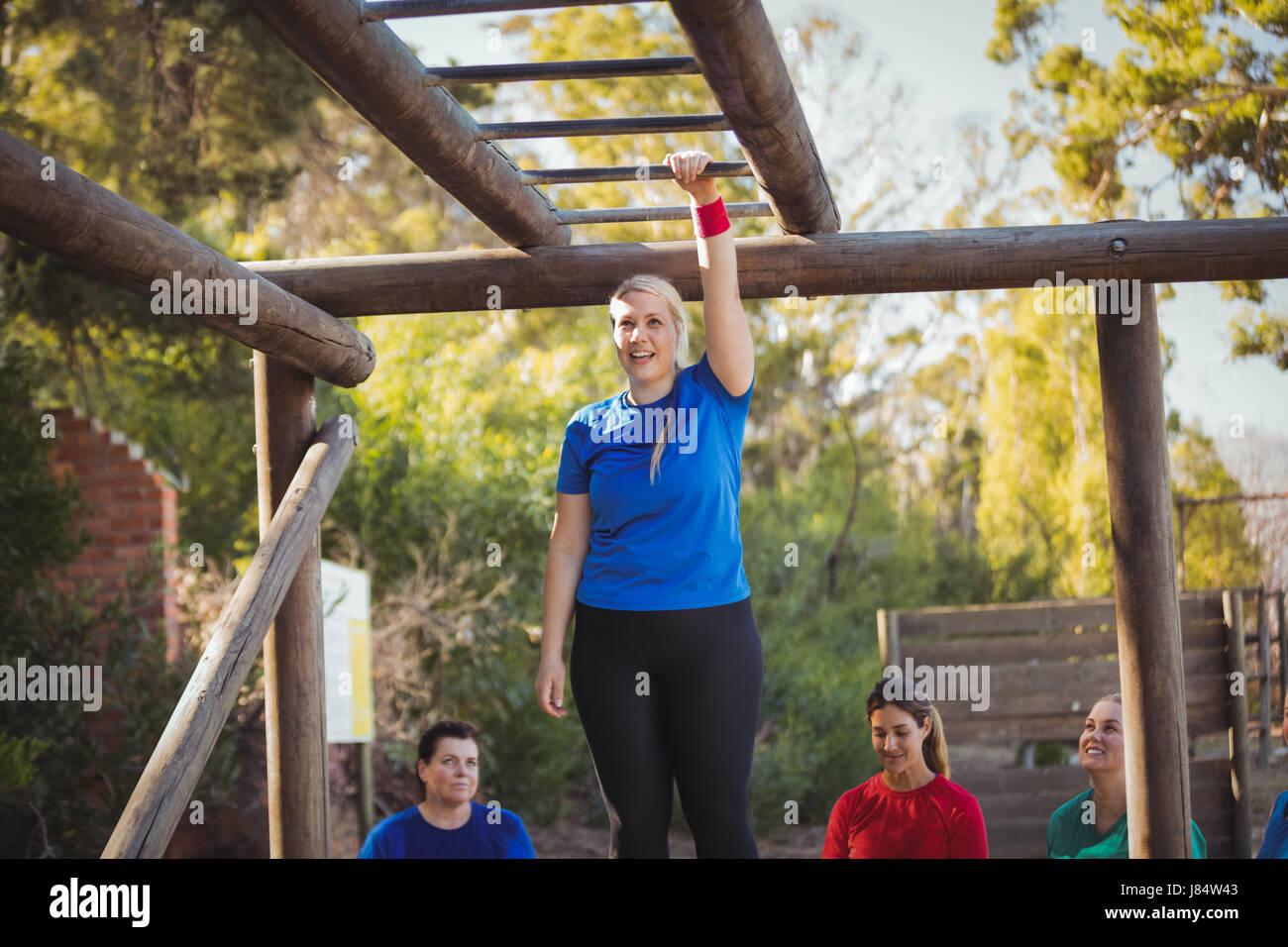 Klettergerüst Training : Zwei starke und wettbewerbsfähige männer training auf