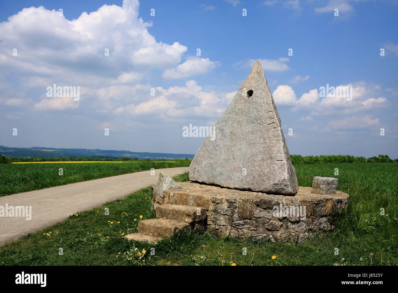 Treppen Saarland blaue skulptur pyramide saarland künstlerische firmament himmelblau