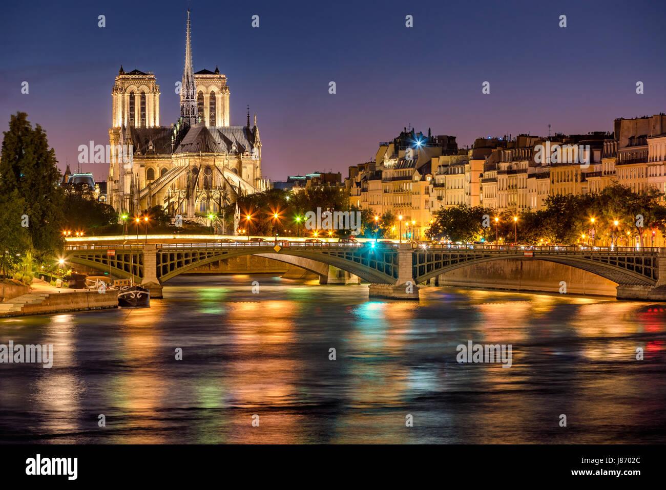 Kathedrale Notre Dame de Paris, Seineufer und Sully Bridge in der Dämmerung. Sommerabend auf der Ile Saint Stockbild