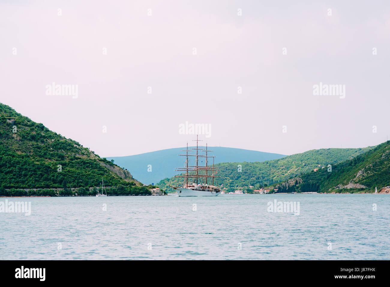 Hölzerne Segelschiff. Bucht von Kotor in Montenegro. Wassertransport Stockfoto