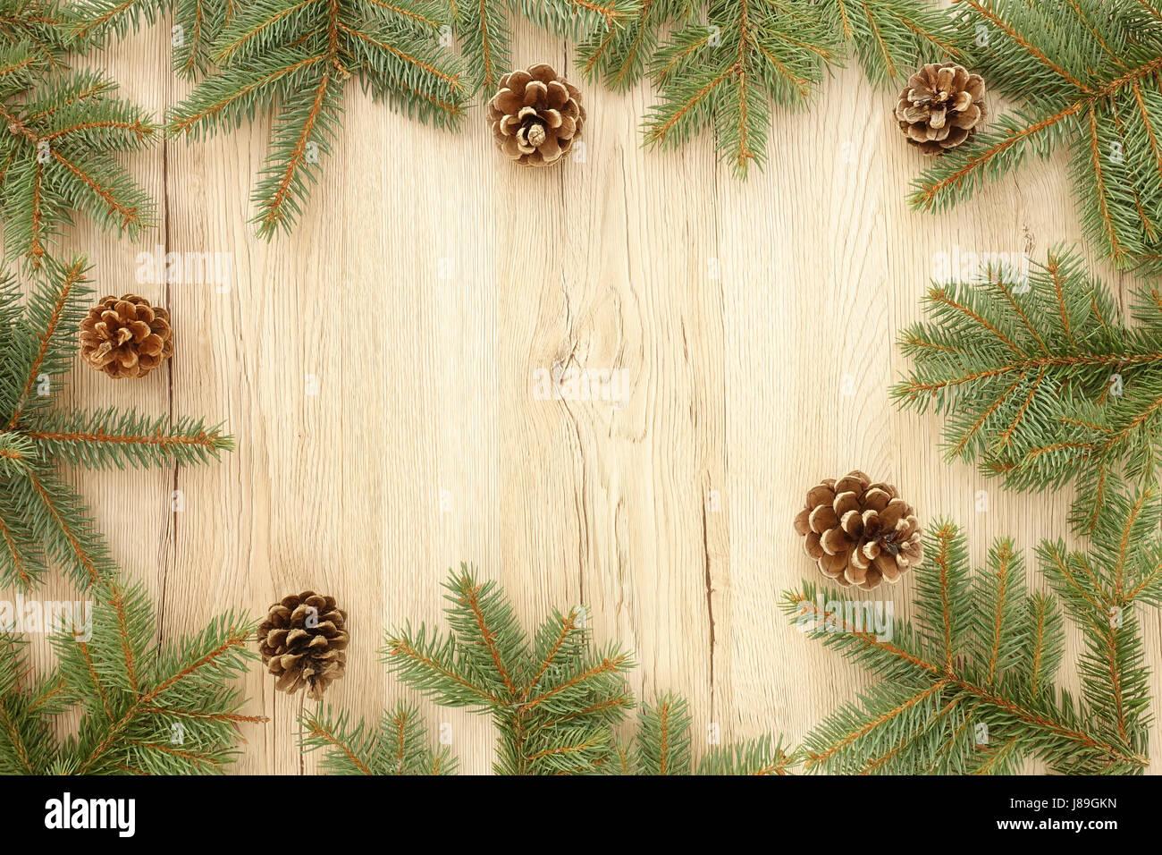 Weihnachten-Rahmen aus Tanne Baum Zweige und Tannenzapfen auf ...