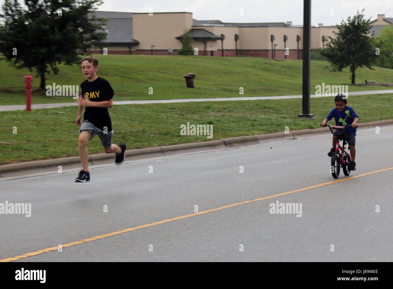 Alle amerikanischen jungen Familienmitglieder Rennen zurück bis zur Ziellinie während der ersten alle Stockbild