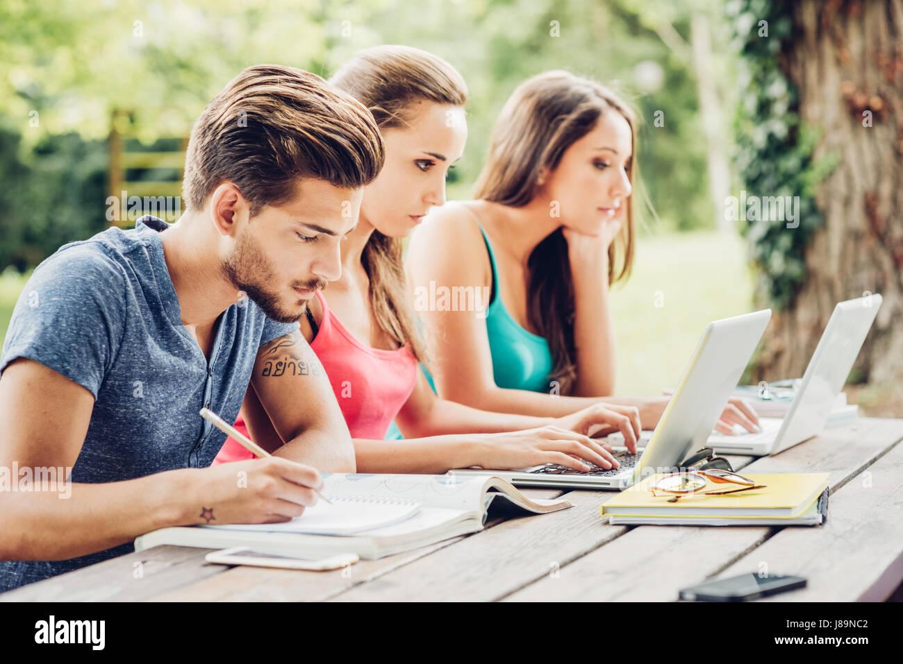 Gruppe von Studenten im freien Sommer Hausaufgaben, Verwendung von ...