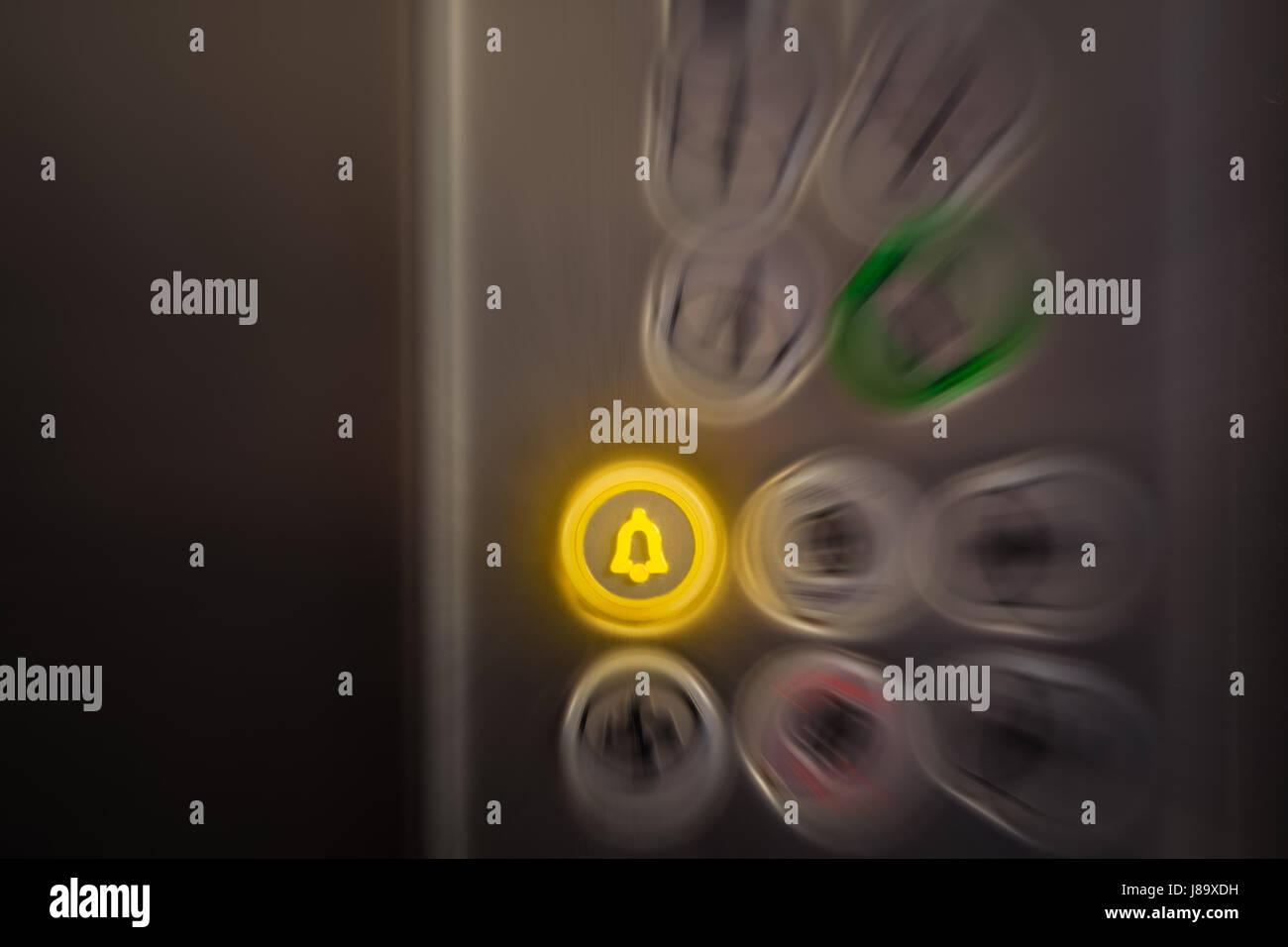 """Nahaufnahme von Aufzug Alarm und Panik-Taste am Bedienfeld. Schaltfläche """"eingeschaltet ist. Notfall- Stockbild"""