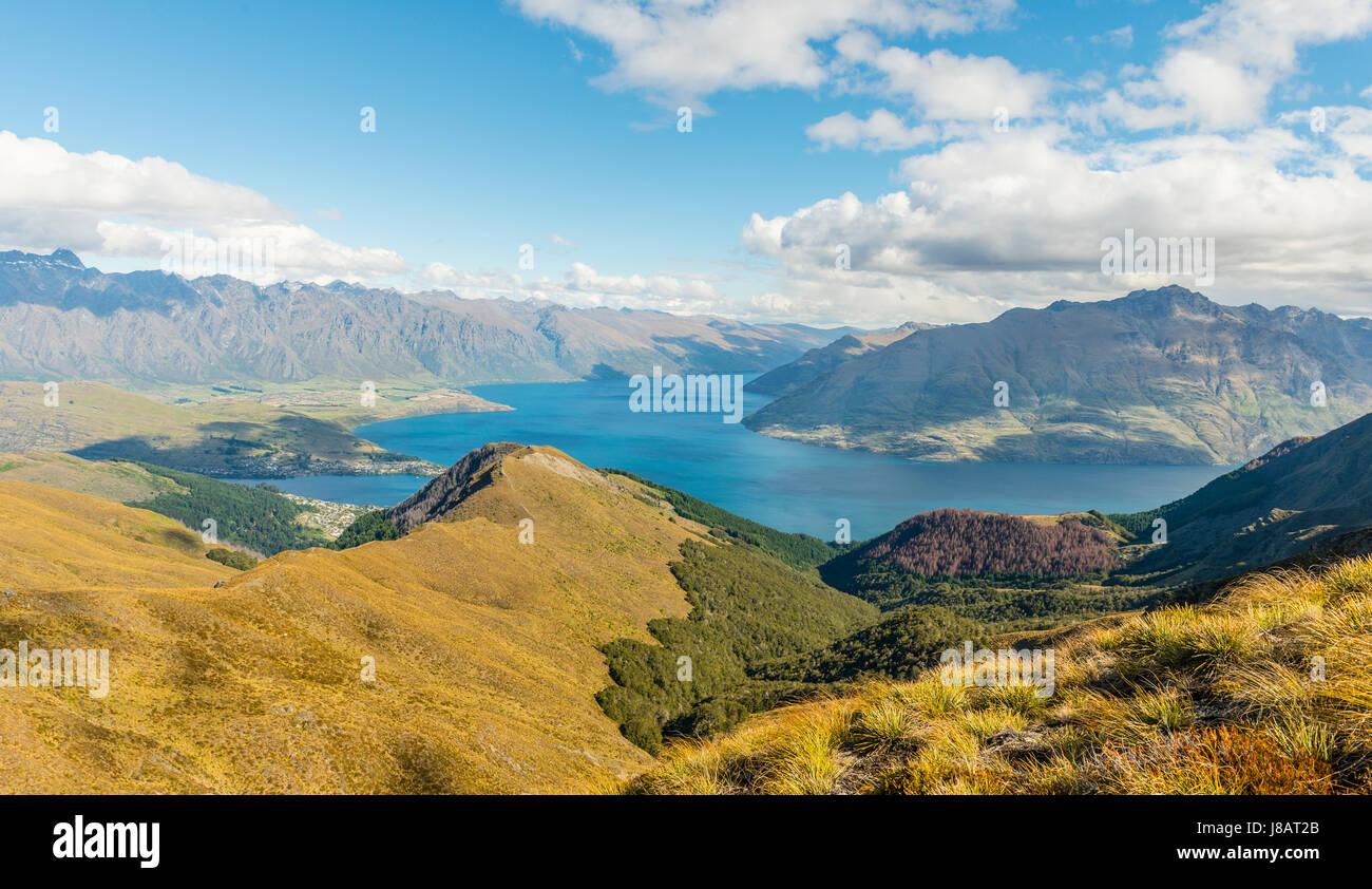 Blick auf Lake Wakatipu und Berg reichen die Remarkables, Wald und Berge, Ben Lomond, Südalpen, Otago, Südinsel Stockbild