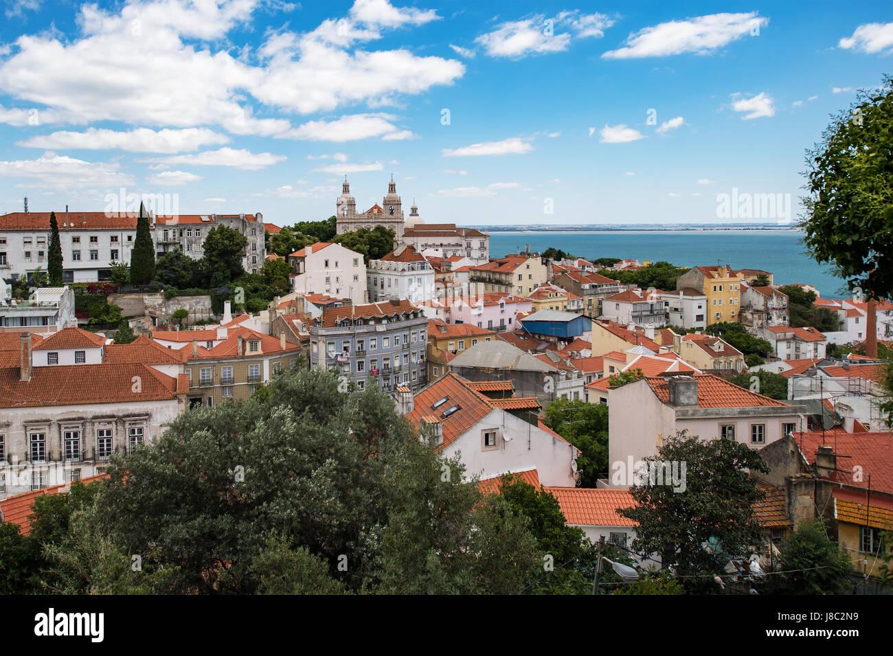 Luftaufnahme der Stadt Lissabon und Tejo mit roten Dächern und Sehenswürdigkeiten Stockbild