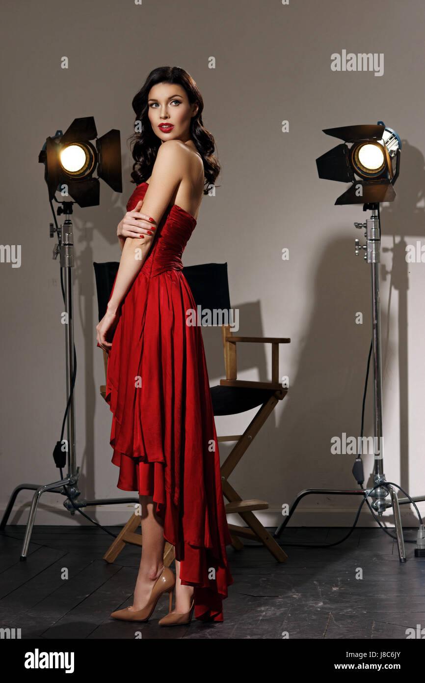 20084a24bfd3e Junge hübsche schöne Frau im roten langen Abendkleid mit Make-up ...