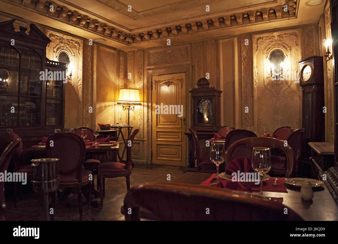 Moskau: das Interieur des Cafe Pushkin, ein berühmtes Restaurant und ...
