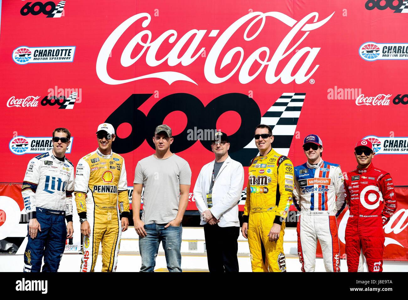 Charlotte, NC, USA. 28. Mai 2017. Grand Marshall Channing Tatum und Steven Soderbergh posieren mit Monster Energy Stockfoto