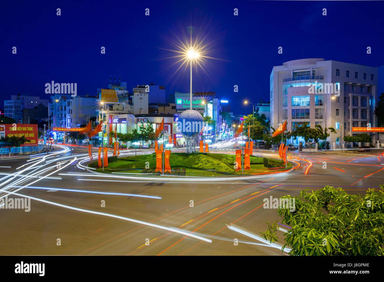 Nha Trang, Vietnam - 23. Dezember 2015: Dämmerung Blick auf den Kreisverkehr in der Mitte von Nha Trang Stadt Stockbild