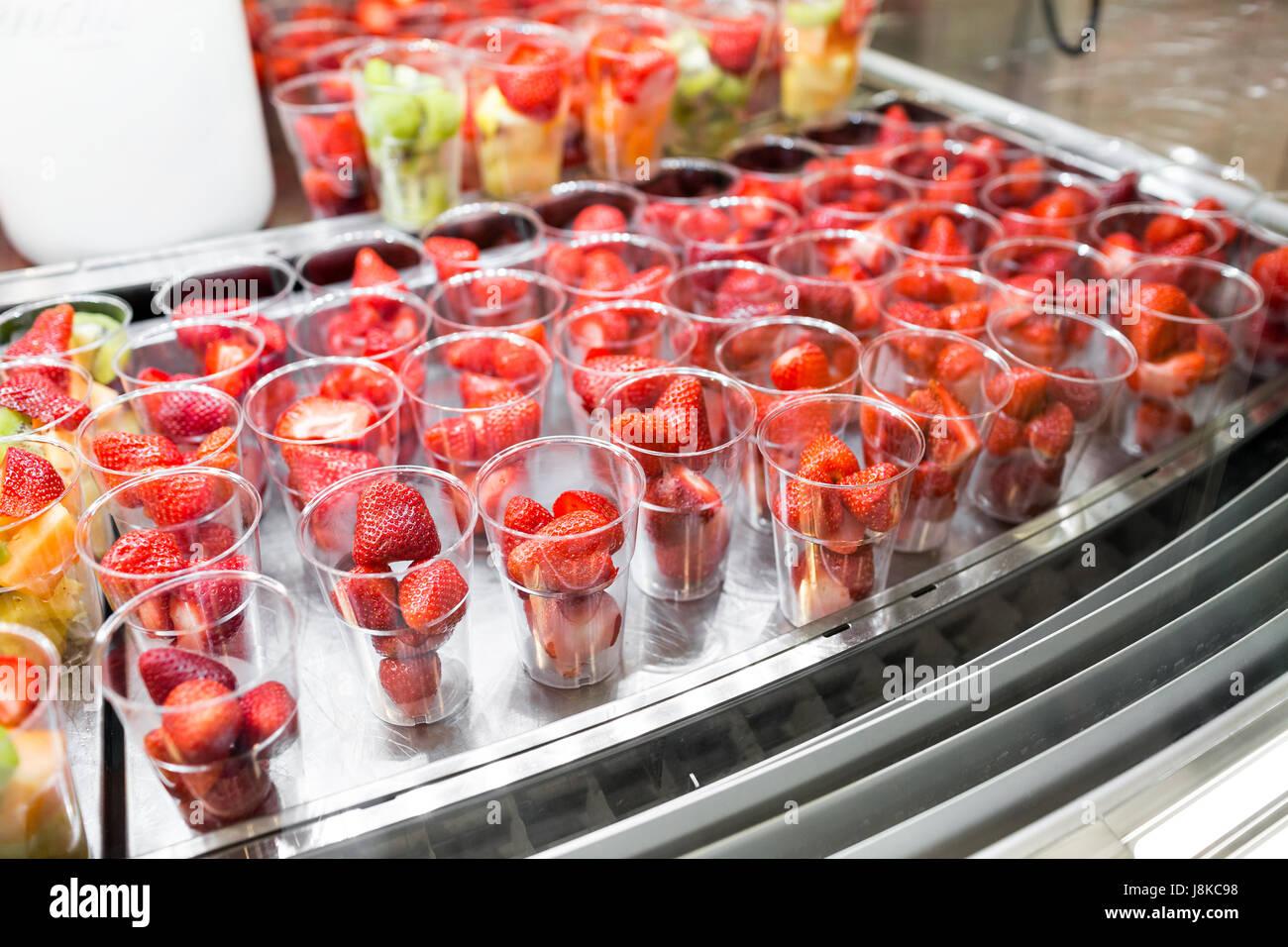 Obstsalat, angeordnet in Plastikbechern zu verkaufen. Kühlschrank ...