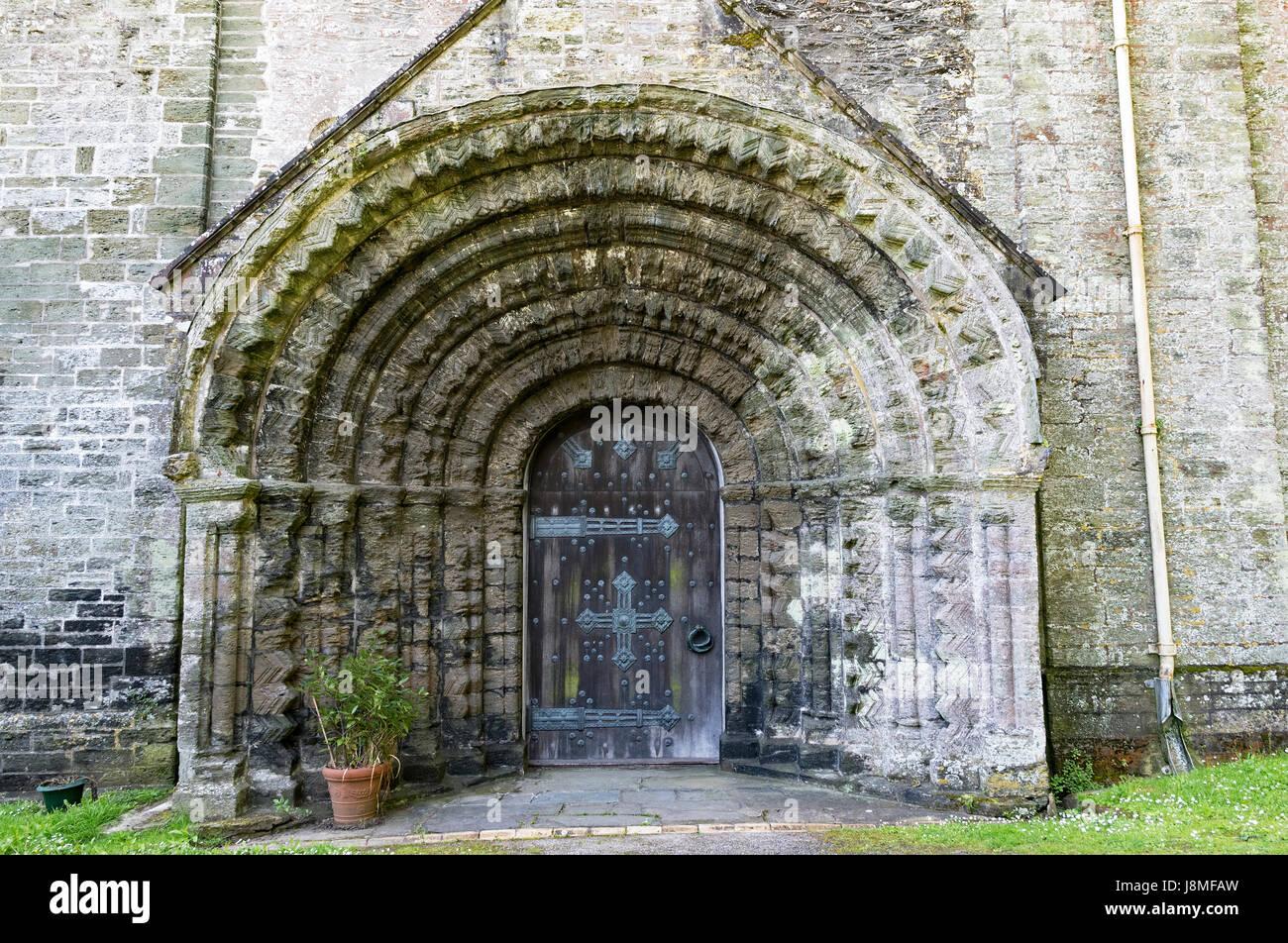 der Westen Tür, normannische Architektur am st.germans Priorat in Cornwall, England, Großbritannien, uk, Stockbild