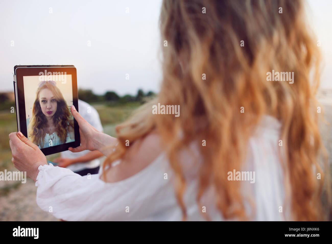 Junge Frau mit tablet Stockfoto
