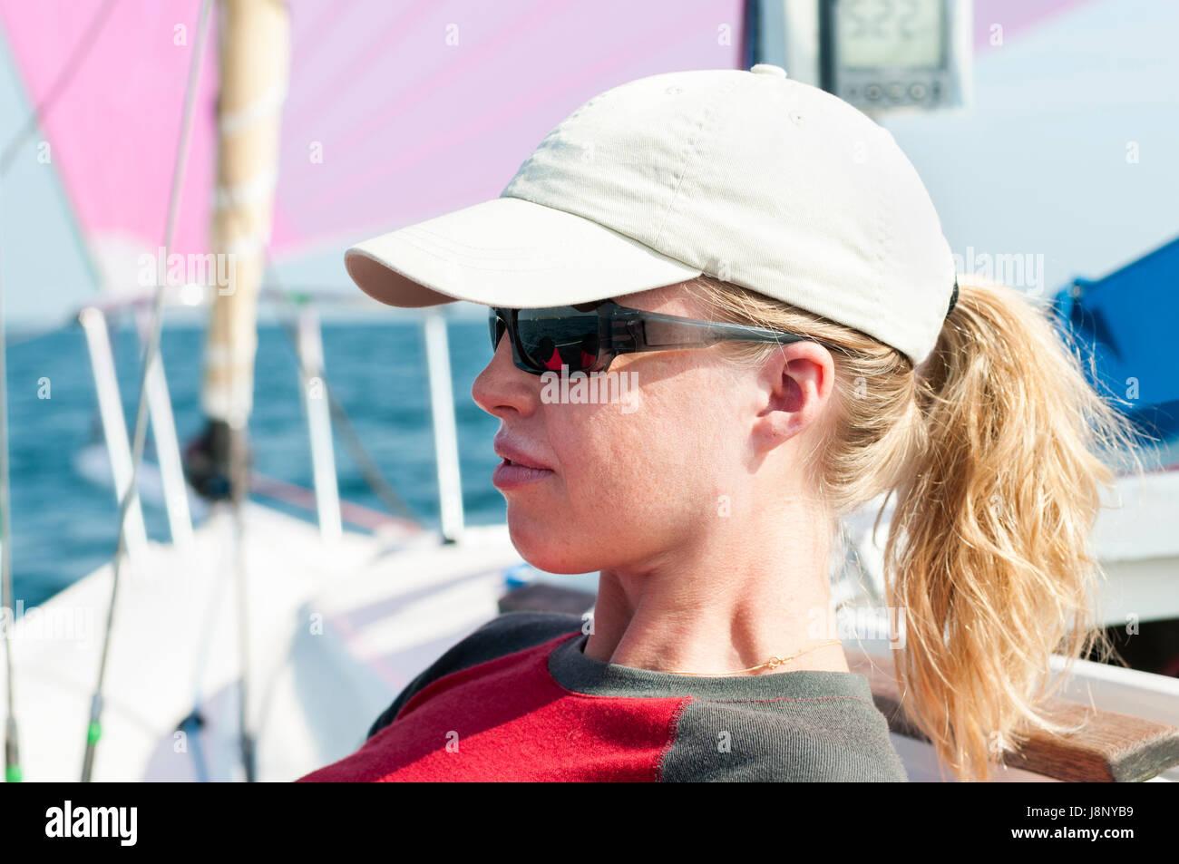Frau, tragen, Kappe und Sonnenbrille Stockfoto