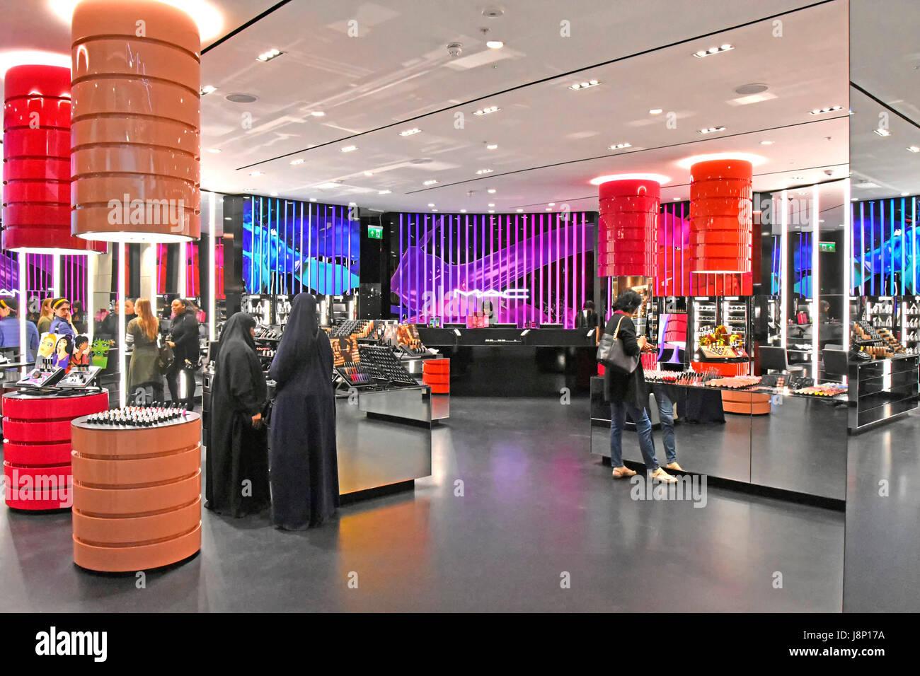 "Retail-Store MAC, Abkürzung ""Make-up Art Cosmetics"" Kosmetik Unternehmensteil der Estée Lauder, Stockbild"