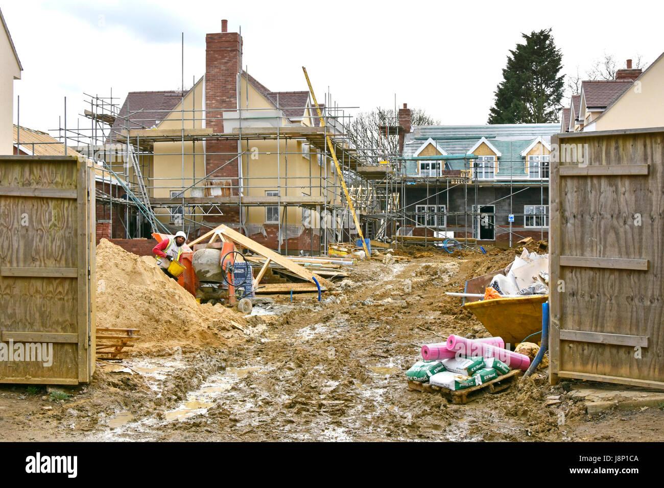 Neue Heimat Errichtet Im Winter Schlamm U0026 Ton Auf Kleinen überfüllten Haus  Baustelle Mit Materialien, Die überall Verstreut Und Arbeit Voran Auf Neue  Häuser