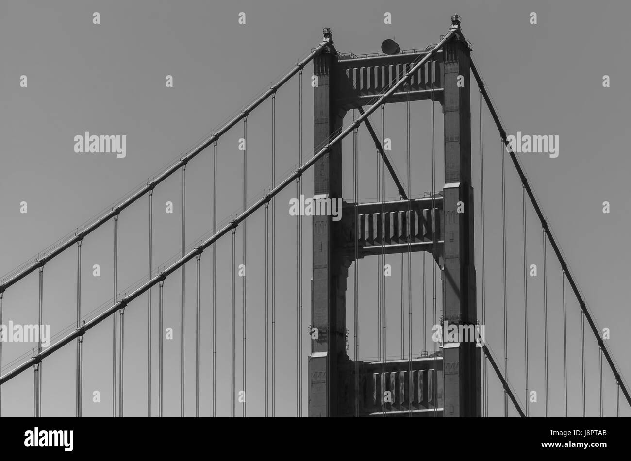 Eine Nahaufnahme auf die Strukturen der legendären Golden Gate Bridge in San Francisco, USA Stockbild