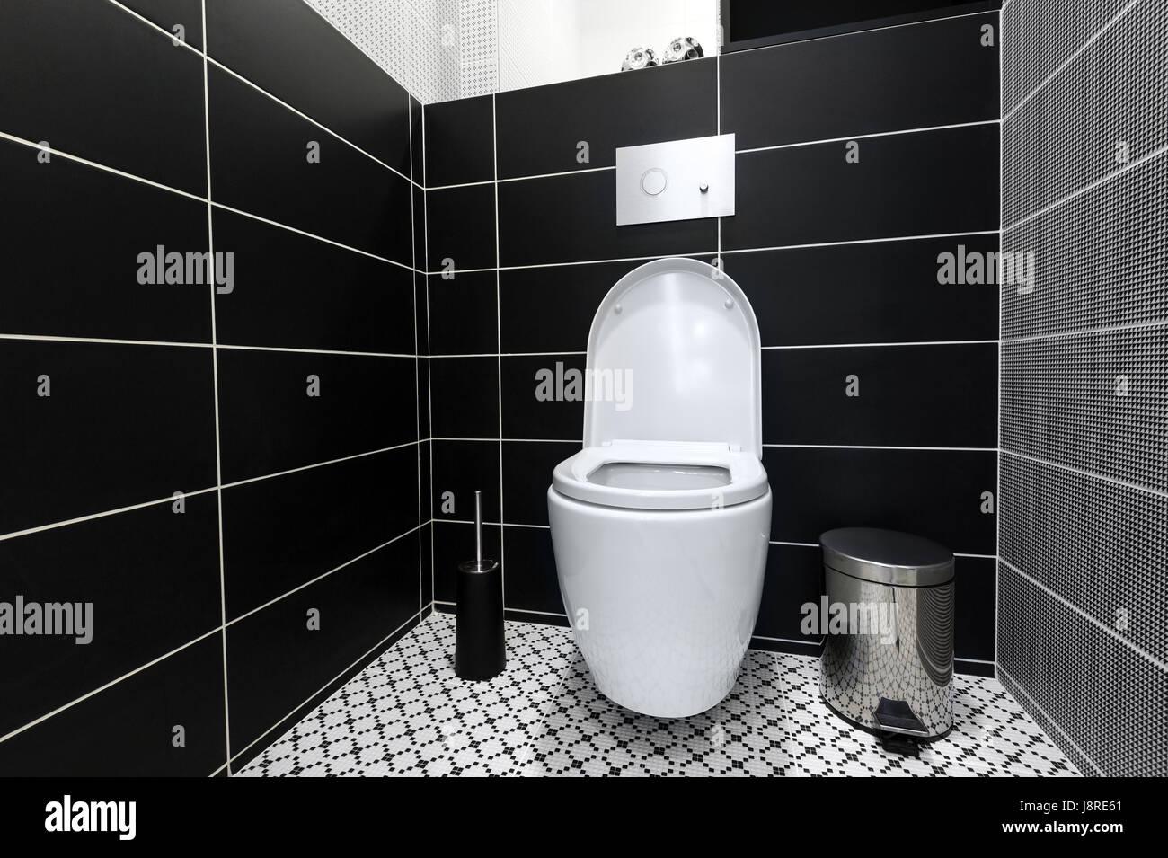 Moderne schwarze und weiße Toilette Stockfoto, Bild: 143116233 - Alamy